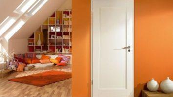 Белые двери в интерьере – полезные советы по выбору